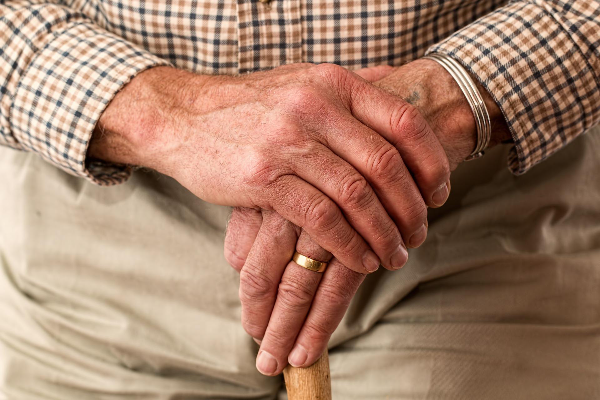 Starszy mężczyzna z laską - dom seniora Małopolska