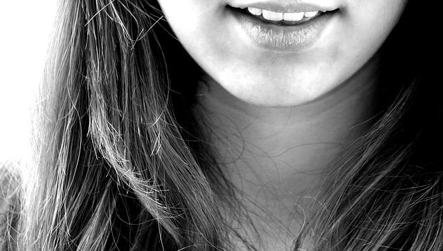 Piękny uśmiech efektem wybielania zębów Kraków