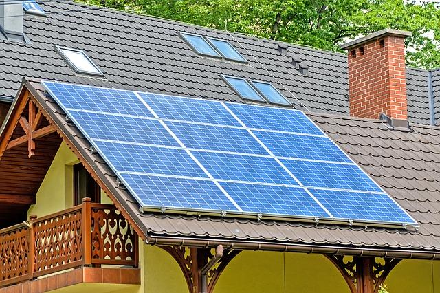 Panele fotowoltaniczne zainstalowane na dachu