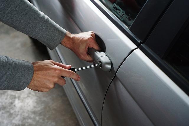 alarm samochodowy zabezpieczy nas przed włamaniem do samochodu