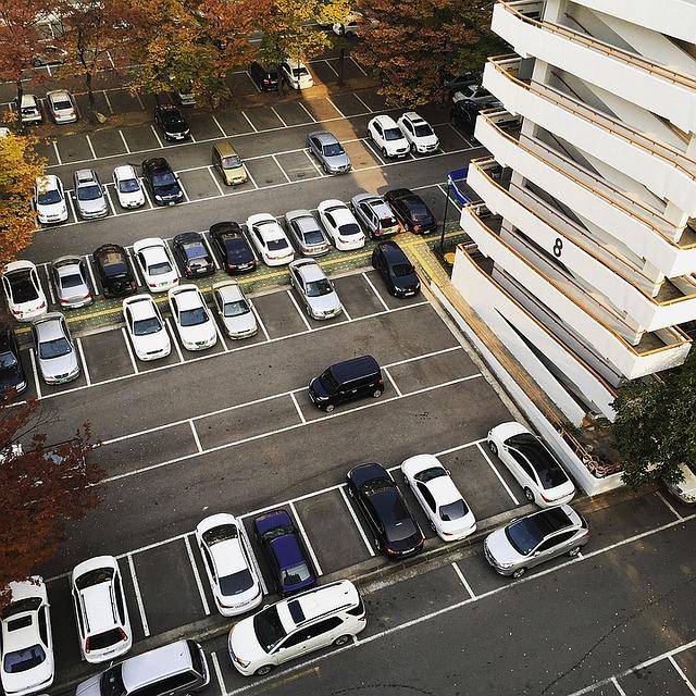 alarmy samochodowe przydadzą się na osiedlowych parkingach