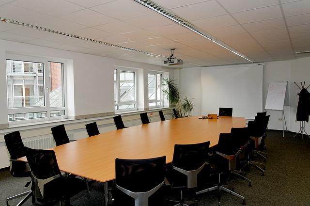 Ekrany projekcyjne stały się podstawowym wyposażeniem większych sal konferencyjnych