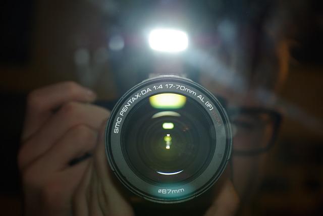 Odpowiednio dobrana lampa do kamery zapewni dobre światło, a jednocześnie nie będzie dużym obciążeniem.
