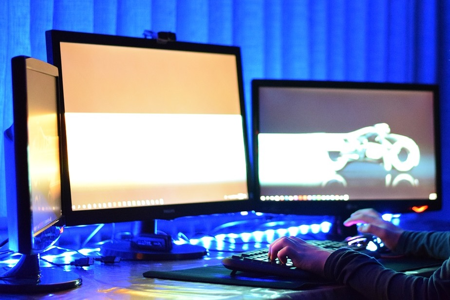 """Monitor ASUS MG248QR 24"""" to ważny element wydajnego zestawu do gier"""