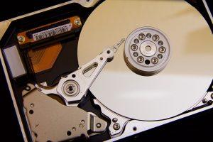 Dysk twardy HDD wyposażony jest w talerz i głowicę.