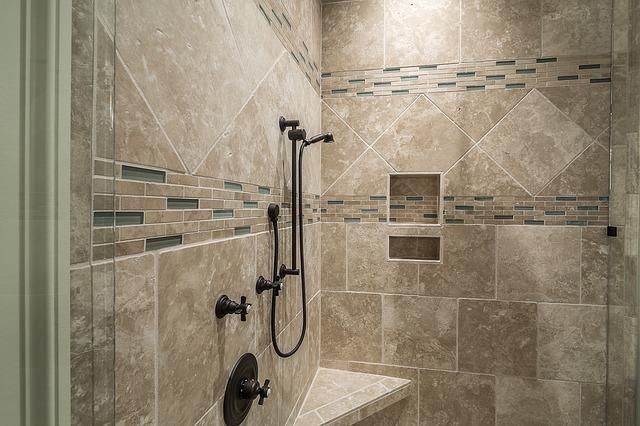 Wygodna łazienka musi być wyposażona w odpowiednie akcesoria prysznicowe.
