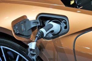 W autach elektrycznych alternator samochodowy jest zbędny.