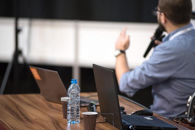 Ekran projekcyjny 150 cali to świetne rozwiązanie dla sal konferencyjnych.