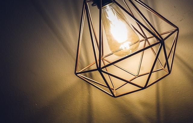 Geometryczna lampa wisząca - niebanalny dodatek wnętrza