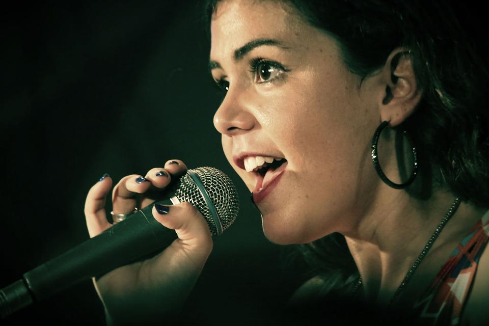 Foniatra pomaga śpiewakom, prezenterom radiowym czy nauczycielom.