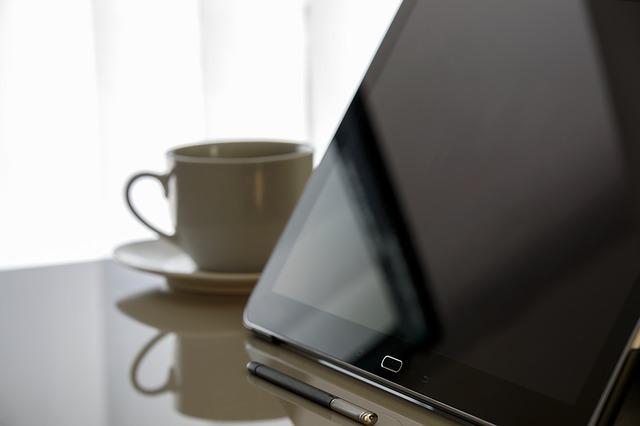Klawiatura bezprzewodowa z touchpadem sprawdzi się w nowoczesnym biurze.