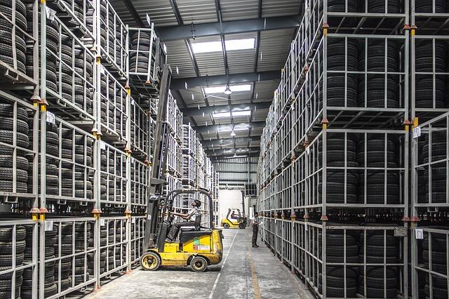Stoki magazynowe to nadmiar danego towaru, którego nie ma możliwości wprowadzić normalnymi kanałami do obrotu rynkowego.