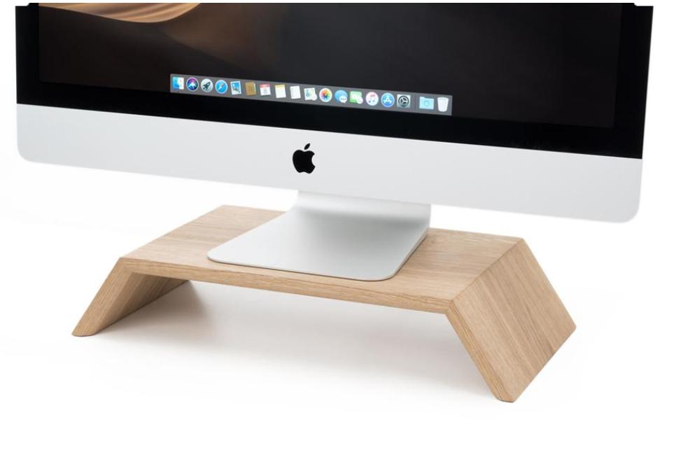 Drewniana podstawka pod monitor to bardzo funkcjonalny gadżet