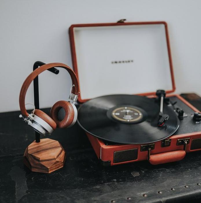 Drewniany stojak na słuchawki to przydatny i stylowy gadżet