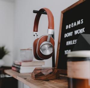 Drewniany stojak na słuchawki świetnie sprawdzi się jako prezent dla bliskiej osoby