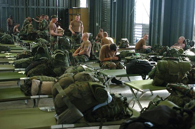 Spodnie polowe nosi się zazwyczaj w garnizonach oraz w koszarach