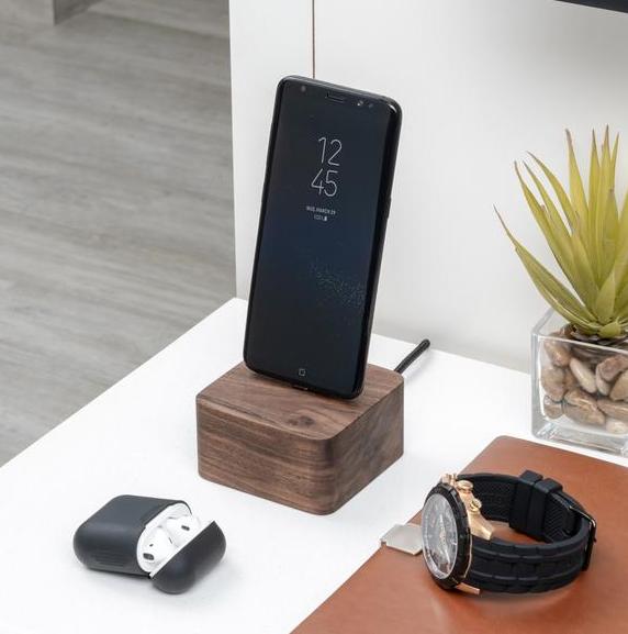 Ładowarka do smartfona to świetny pomysł na prezent dla fanów nowoczesnych technologii
