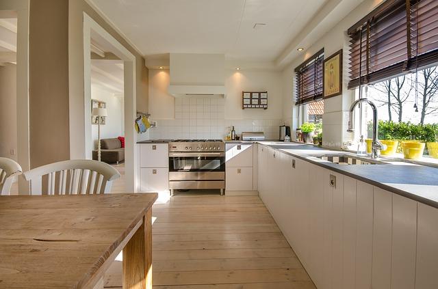 Wyposażona kuchnia - stół, piekarnik, lodówka