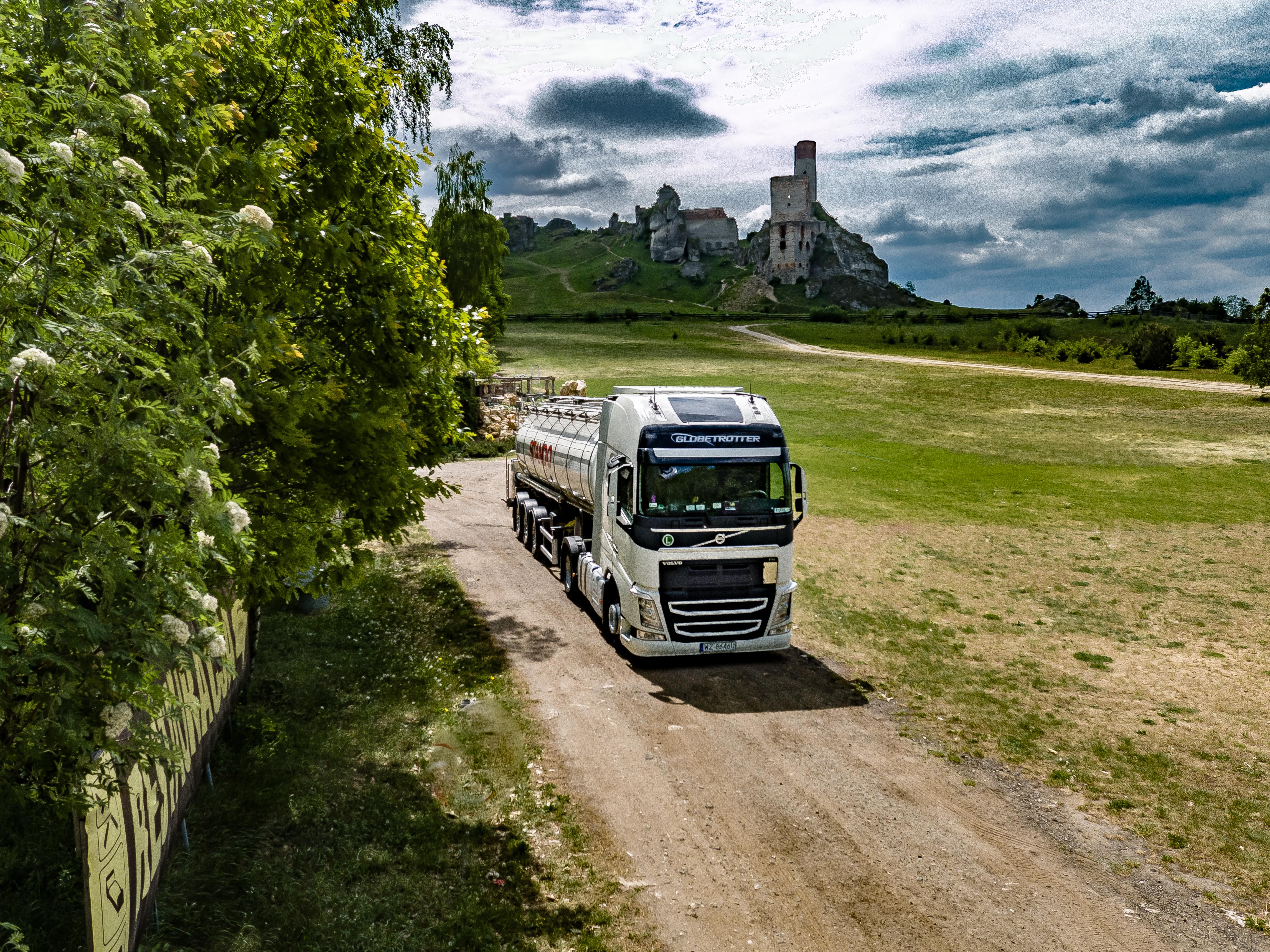 stando - ciężarówka z logo firmy